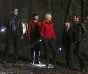 Once Upon a Time saison 4, épisode 18 : David (Josh Dallas), Mary-Margareth (Ginnifer Goodwin), Emma (Jennifer Morrison), Henry (Jared Gilmore) et Hook (Colin O'Donoghue) sur une photo