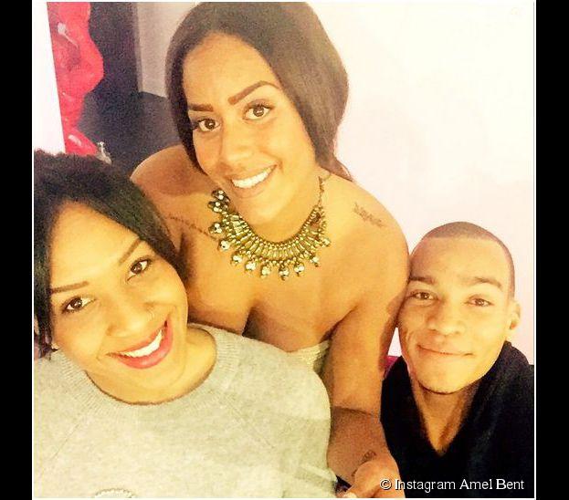 Amel Bent souriante aux côtés de sa soeur Mélissa et de son frère Ilias