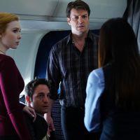Castle saison 7 : Rick et Alexis apprenti-détectives dans un avion, face à des serpents
