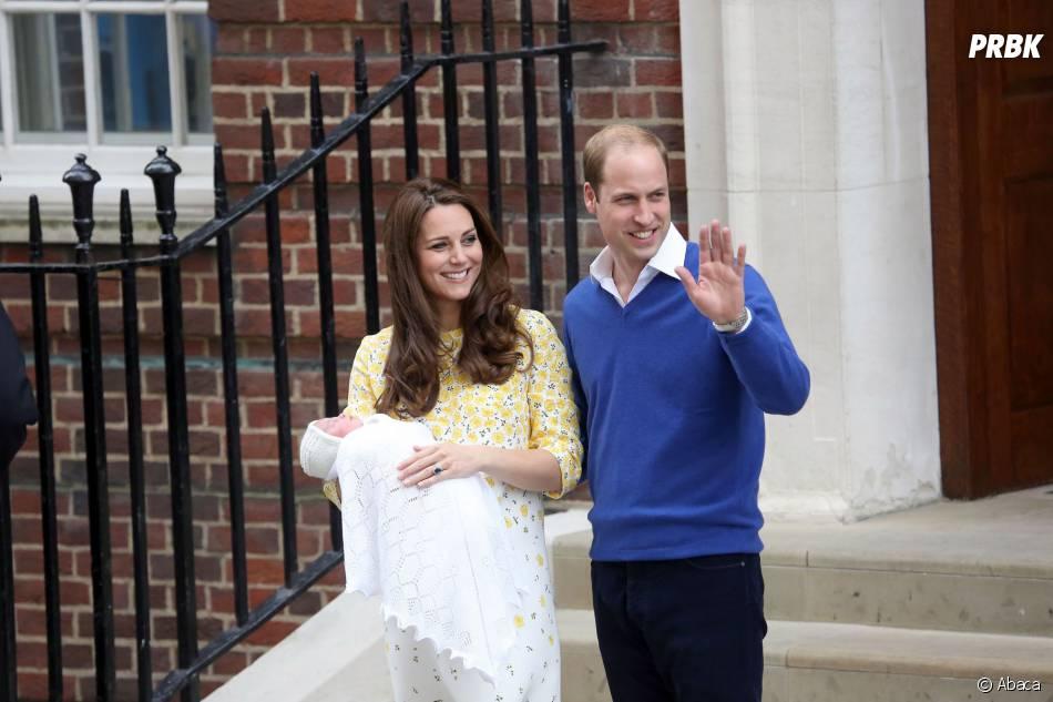 Kate Middleton et le Prince William souriants présentent leur fille à la sortie de la Lindo Wing le 2 mai 2015