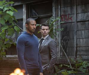 The Originals saison 2, épisode 22 : Marcel (Charles Michael Davis) et Elijah (Daniel Gillies) sur une photo