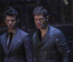 The Originals saison 2, épisode 22 : Klaus (Joseph Morgan) et Elijah (Daniel Gillies) sur une photo
