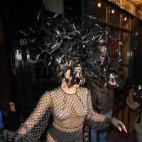 Lady Gaga topless et chapeau à plumes dans les rues de Londres