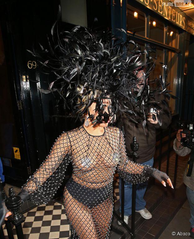 Lady Gaga topless dans la rue à la sortie du Royal Albert Hall de Londres, le 8 juin 2015
