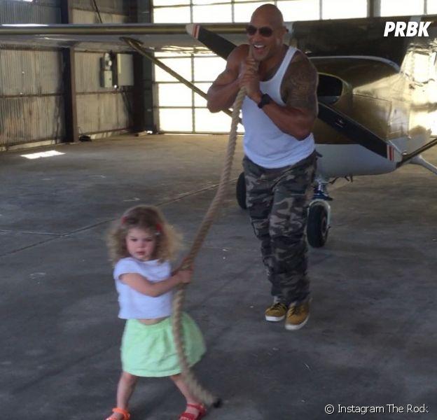The Rock aide une petite fille à tirer un avion