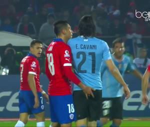 Edinson Cavani avec un doigt dans les fesses, le 24 juin 2015 pendant Uruguay vs Chili