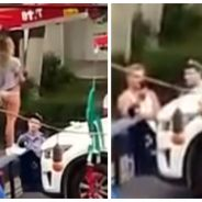 Une femme fait un strip-tease en pleine rue, la raison est complètement WTF
