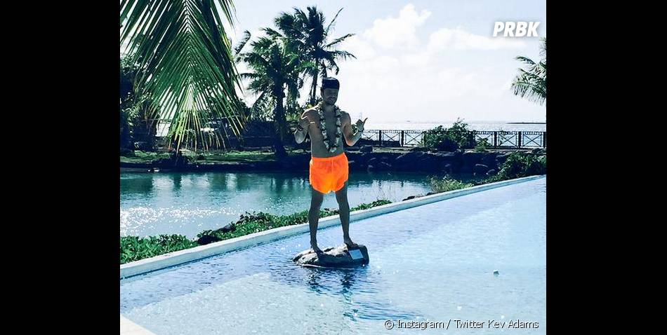 Kev Adams sort le short fluo à Tahiti