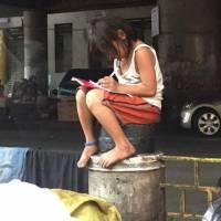 Cette petite fille pauvre obligée de faire ses devoirs dans la rue émeut le monde entier