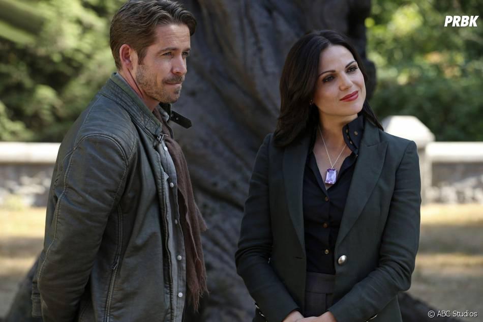Once Upon a Time saison 5, épisode 2 : Sean Maguire (Robin) et Lana Parrilla (Regina) sur une photo