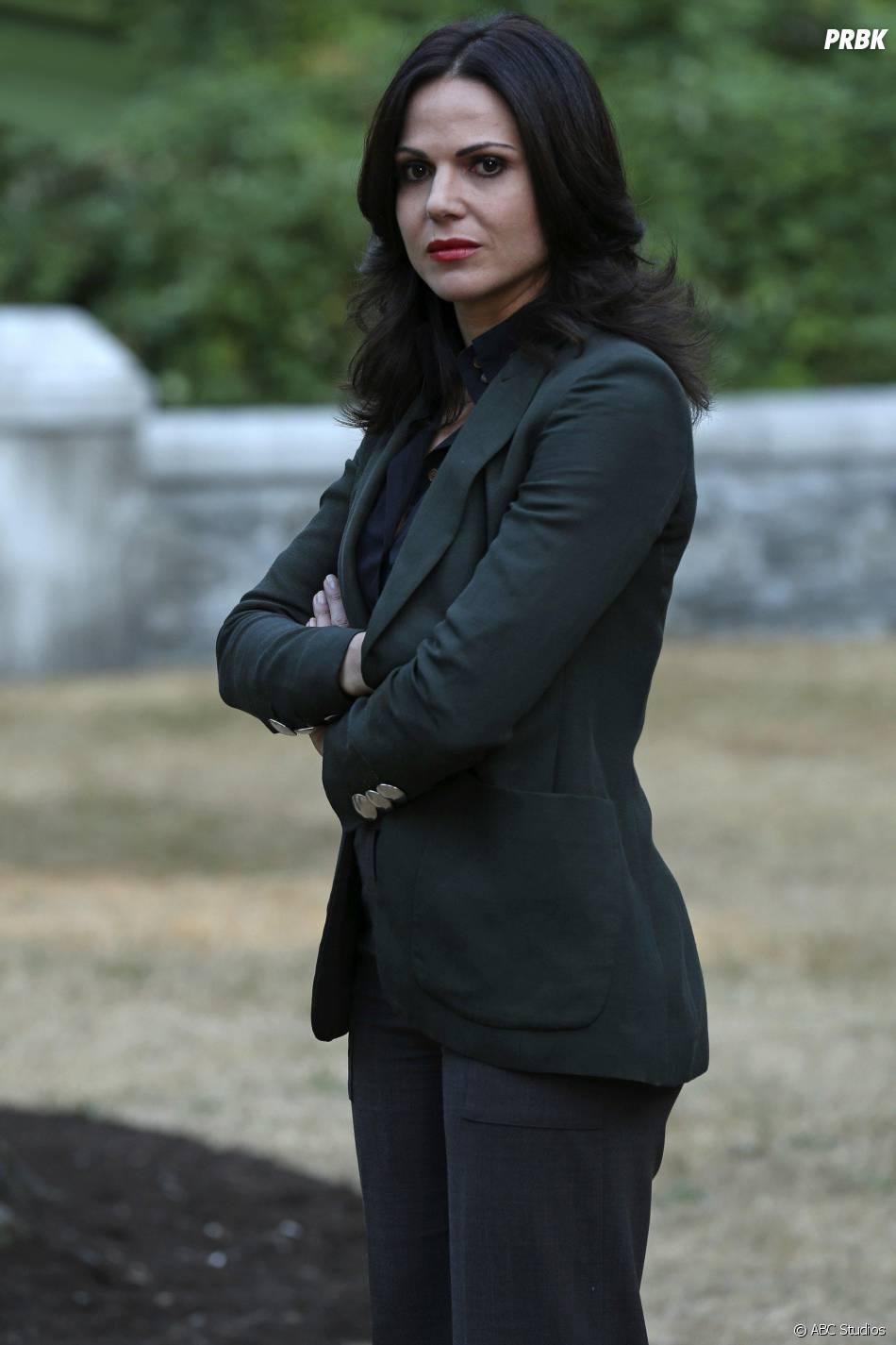 Once Upon a Time saison 5, épisode 2 : Lana Parrilla (Regina) sur une photo