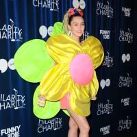 Miley Cyrus en fleur... et en string : ses tenues sexy mettent le feu à un gala de charité