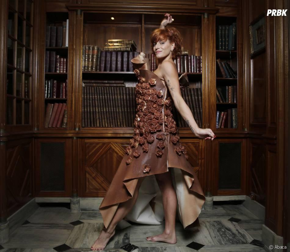 Fauve Hautot et avec sa robe en chocolat avant le Salon du Chocolat 2015