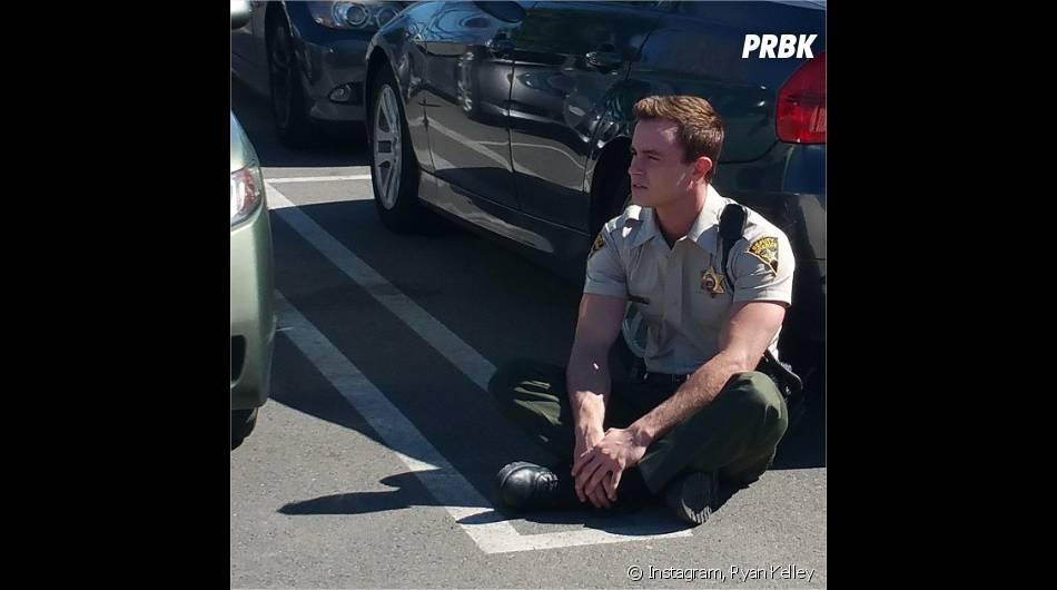 Teen Wolf saison 5 : Ryan Kelley (Parrish) assis dans un parking sur Instagram