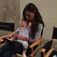 Phoebe Tonkin (The Originals) : maman poule avec les jumelles qui jouent sa fille Hope