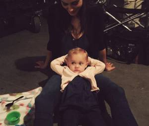 Phoebe Tonkin pose avec l'une des jumelles qui joue Hope sur le tournage de The Originals