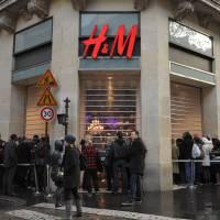 Louane, Nekfeu, U2... Nombreux concerts annulés et magasins fermés après les attentats à Paris