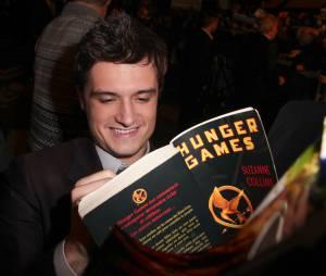 Hunger Games : Josh Hutcherson dédicace un livre