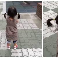 Une petite fille essaie de faire la tête à son papa... mais rien ne va se passer comme prévu !