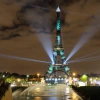 """La Tour Eiffel devient verte pour 1Heart1Tree : une """"forêt virtuelle"""" pour la COP21 à Paris"""