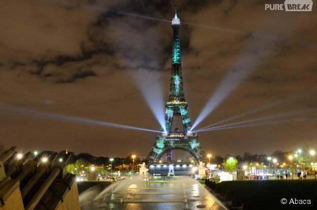 """La Tour Eiffel en verte : une """"forêt virtuelle"""" imaginée par l'artiste Naziha Mestaoui pour 1heart1tree pendant la COP21 à Paris, 29 novembre 2015"""