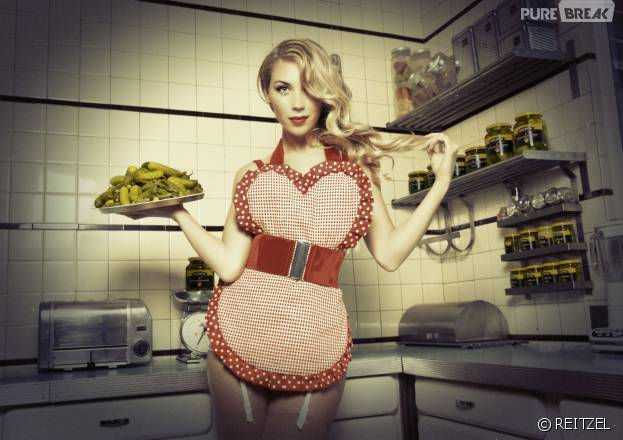 Clara Morgane s'associe à REITZEL pour un calendrier 2016 sexy