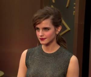 Emma Watson pose sur le tapis-rouge des Oscars 2014