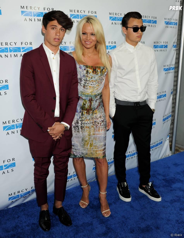 Pamela Anderson et ses fils Dylan et Brandon lors d'une soirée