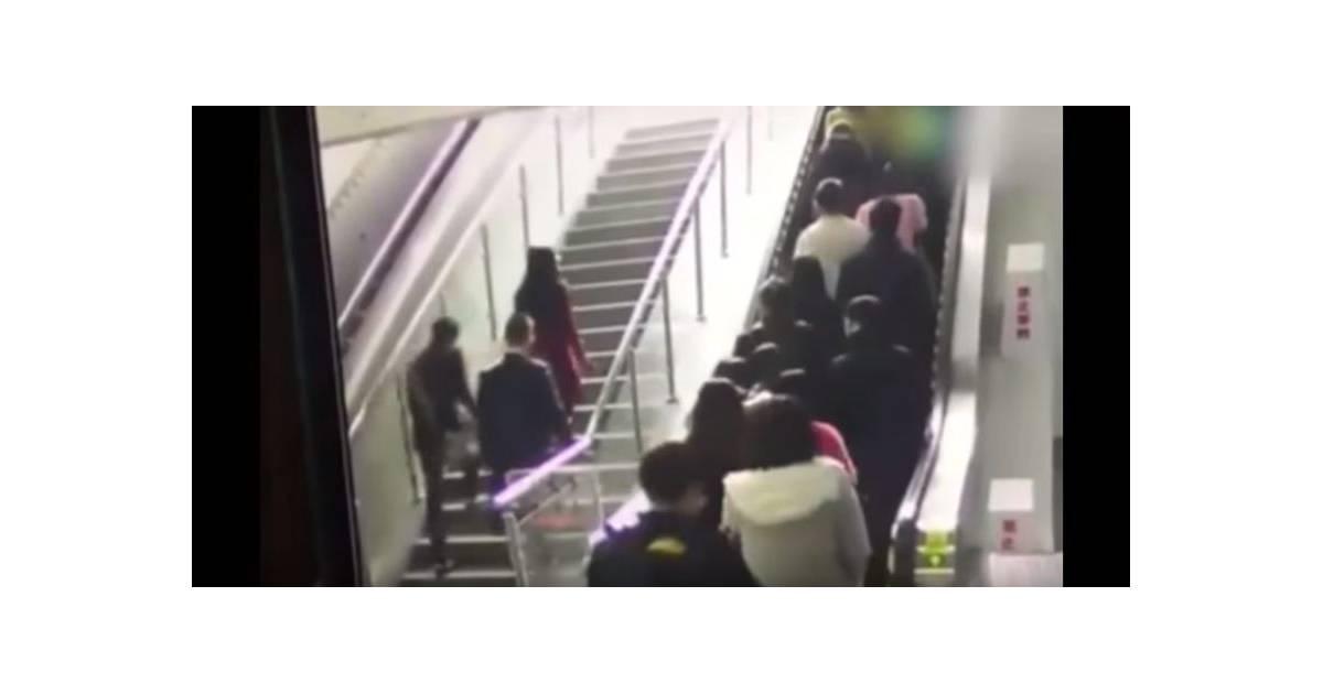 un escalator qui change de sens vs une foule de voyageurs. Black Bedroom Furniture Sets. Home Design Ideas