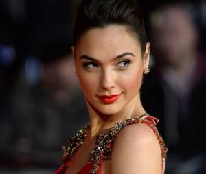 Gal Gadot sexy à l'avant-première de Batman v Superman à Londres le 22 mars 2016