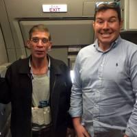 Hallucinant : quand un otage se prend en photo avec le pirate d'EgyptAir