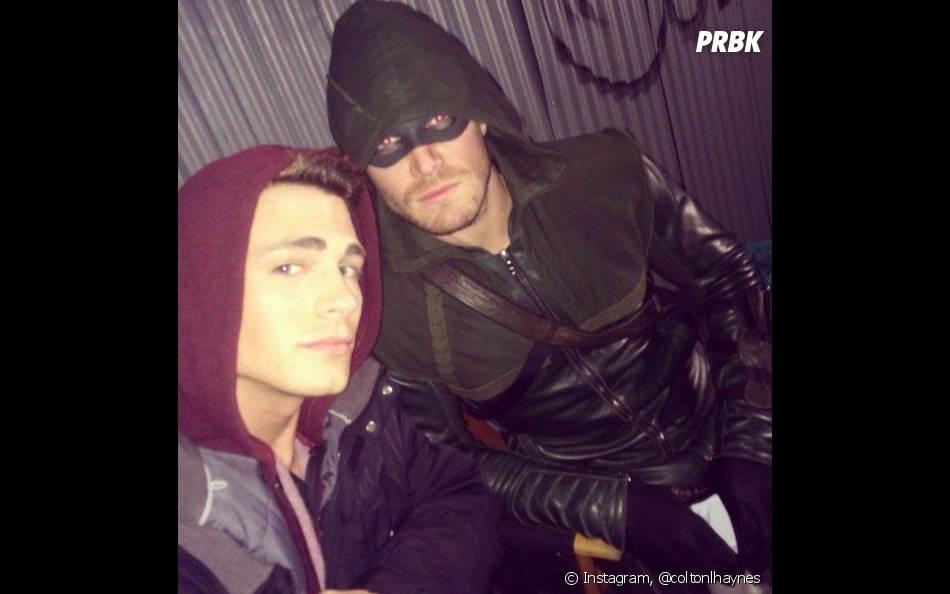 Stephen Amell et Colton Haynes sur le tournage d'Arrow