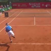 Un joueur de tennis se moque des cris de son adversaire et se fait sanctionner par l'arbitre