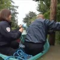 Inondations : 3 policiers tombent à l'eau... et c'est à mourir de rire !