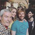MB14 (The Voice 5) pose avec les acteurs de Nos chers voisins sur le tournage