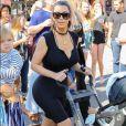 Kim Kardashian pose avec Saint West dans la poussette.