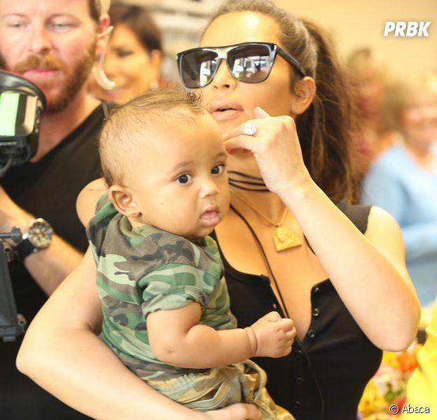 Kim Kardashian tient Saint West dans ses bras.