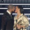 Selon certaines vidéos et photos, on peut voir Rihanna et Drake s'embrasser sur la bouche !