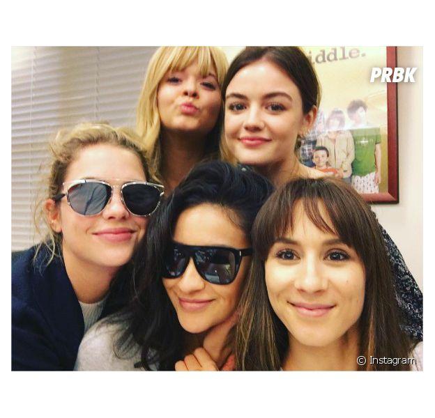Pretty Little Liars saison 7 : Lucy Hale, Troian Bellisario, Ashley Benson, Shay Mitchell et Sasha Pieterse sur une photo du tournage du dernier épisode