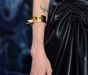 Angelina Jolie aurait fait en tout sept tatouages en rapport avec Brad Pitt et elle souhaiterait tous les effacer.