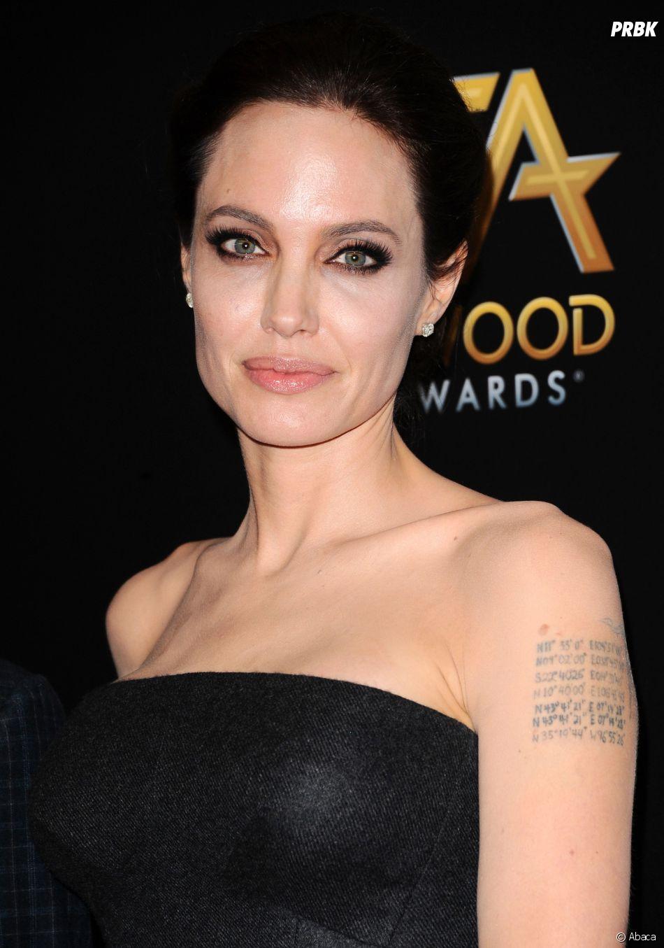 Angelina Jolie voudrait se faire enlever ses tatouages liés à Brad Pitt, dont celui tatoué sur son bras.