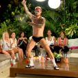 Steven (La Villa des Coeurs Brisés 2) en plein striptease