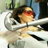 Nabilla Benattia se fait enlever un tatouage dans Zone Interdite