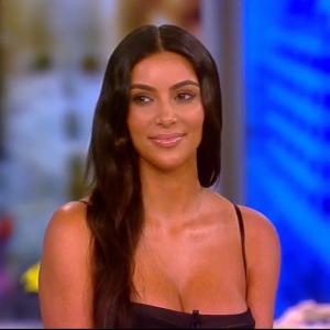 Kim Kardashian : de la cellulite sur ses fesses ? Elle crie au complot et accuse Photoshop !