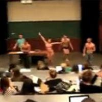 Un strip-tease en plein cours à la FAC ... la vidéo