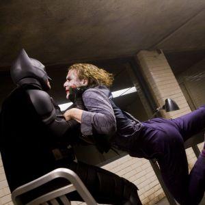 The Dark Knight : Heath Ledger a demandé à Christian Bale... de le frapper