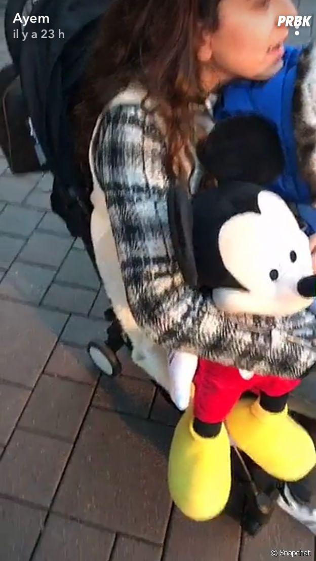 Ayem Nour et Vincent Miclet se retrouvent à Disneyland Paris avec leur fils Ayvin et Jessica, la fille de l'homme d'affaires.