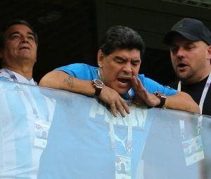 Diego Maradona : doigts d'honneur, malaise... Un show controversé pendant le match Nigeria-Argentine !