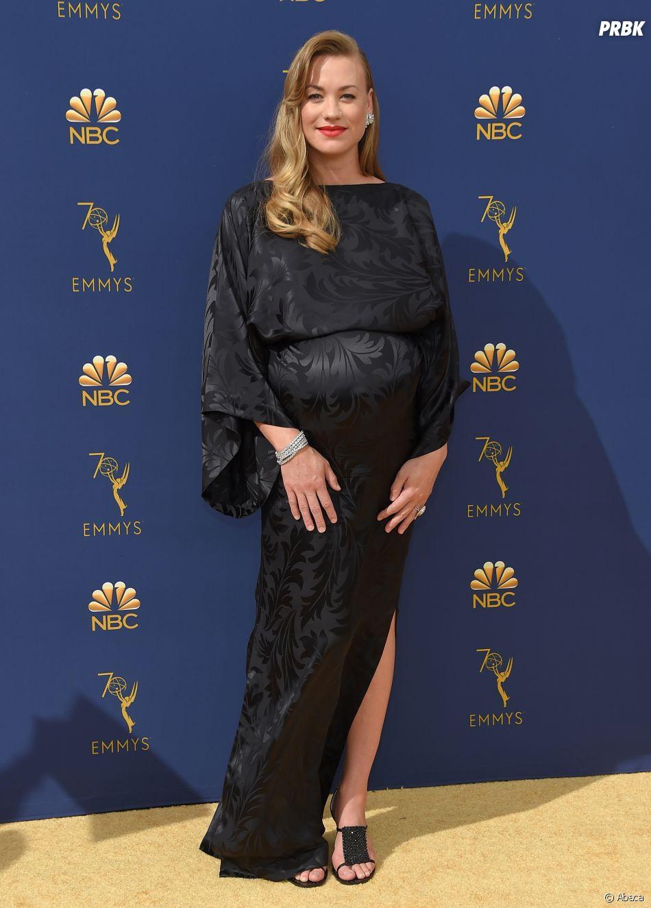 Yvonne Strahovski sur le tapis rouge des Emmy Awards 2018 le 17 septembre à Los Angeles