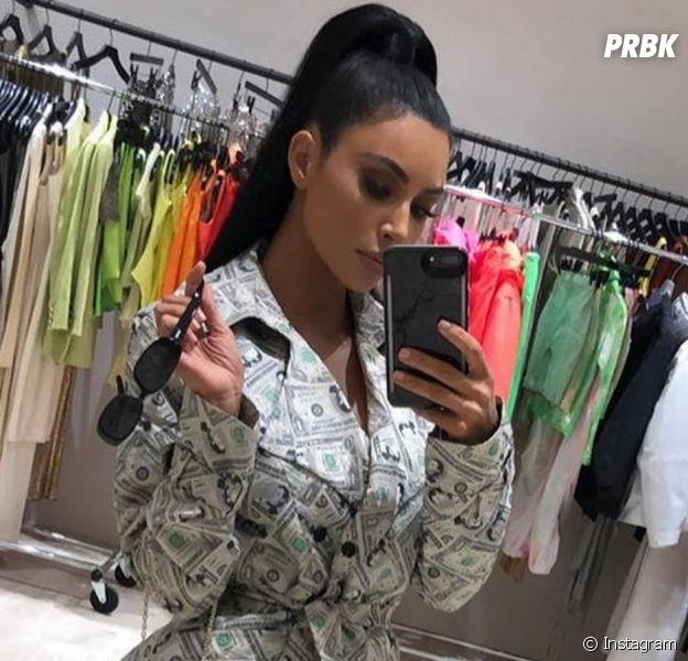Kim Kardashian se transforme en liasse de billets verts : son look choque des internautes.